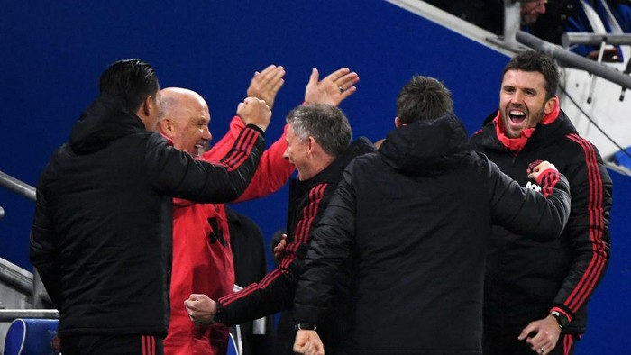 CARDIFF, WALES - DECEMBER 22:  Ole Gunnar Solskjaer, Interim Manager of Manchester United and his coaching staff celebrate as Marcus Rashford of Manchester United scores their teams first goal during the Premier League match between Cardiff City and Manchester United at Cardiff City Stadium on December 22, 2018 in Cardiff, United Kingdom.  (Photo by Stu Forster/Getty Images)
