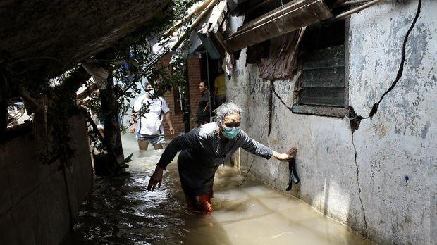 Longsor akibat banjir dan curah hujan tinggi di pemukiman warga, Jalan Kemang Timur XI. RT 12, RW 03, Kelurahan Bangka, Kemang. Jakarta Pusat. Minggu (21/2/2021). CNN Indonesia/Andry Novelino