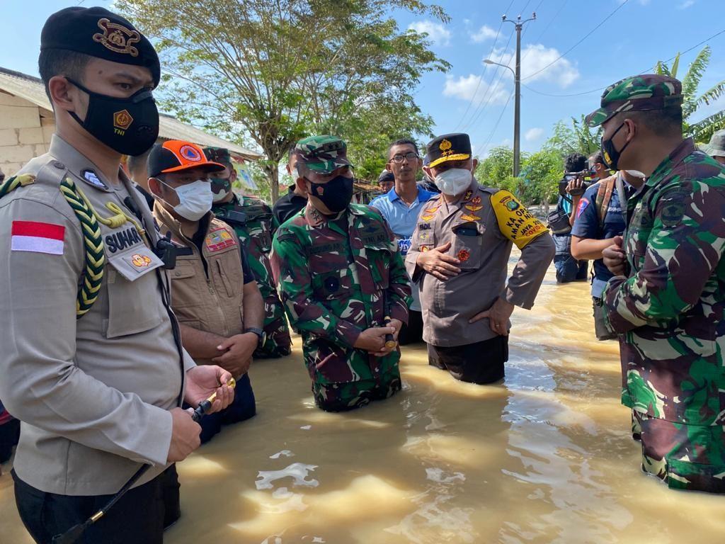 Pangdam Jaya-Kapolda Metro Tinjau Tanggul Citarum Jebol di Bekasi