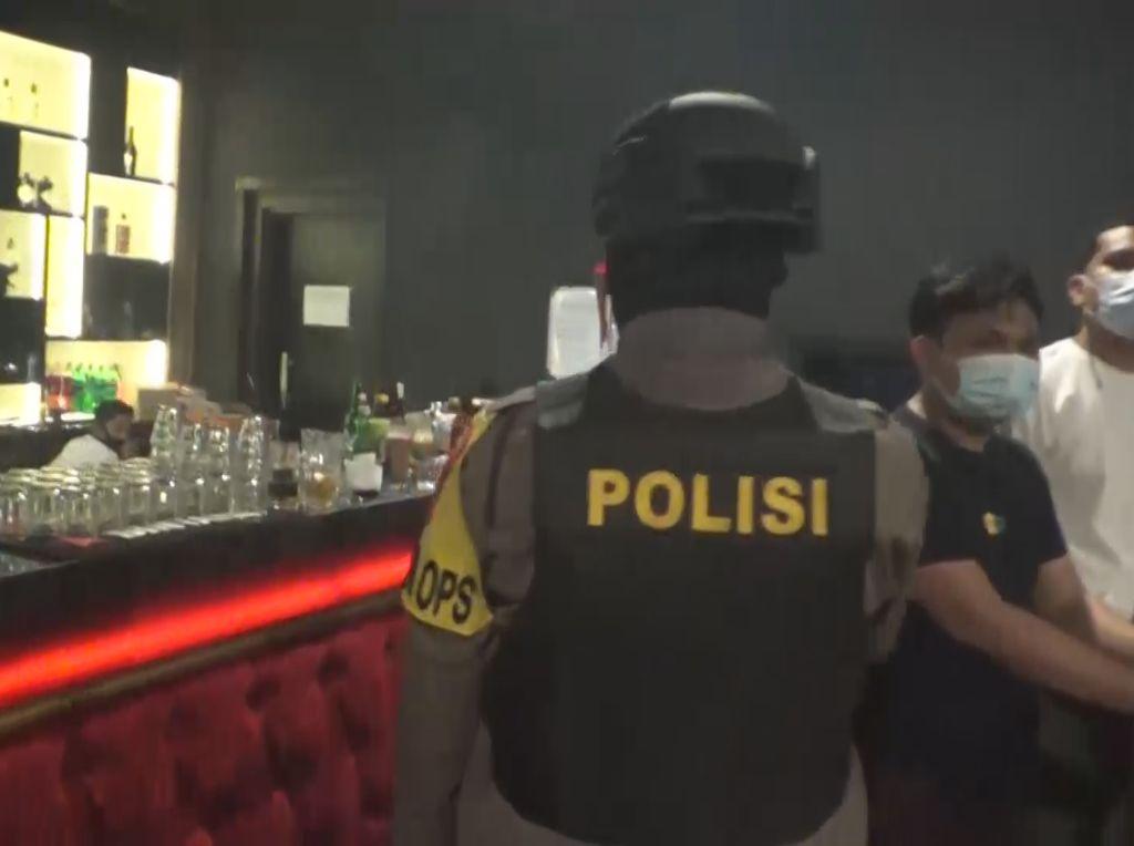 Langgar Jam Operasional, Petugas Tutup Kafe-THM di Makassar