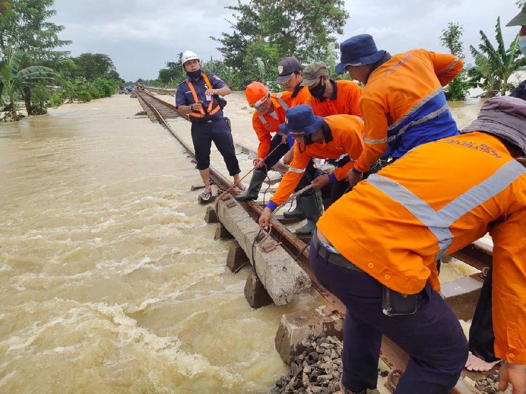 Penampakan Banjir di Bekasi yang Lumpuhkan Rute KA Jarak Jauh