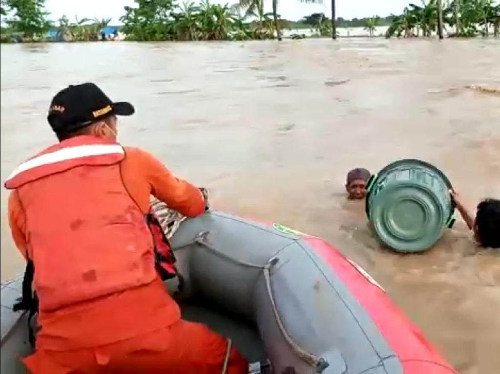 Tim SAR Evakuasi 2 Pria yang Nekat Terobos Banjir Bekasi Pakai Ember