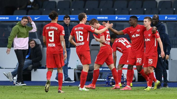 BERLIN, GERMANY - FEBRUARY 21: Nordi Mukiele of RB Leipzig celebrates with Yussuf Poulsen, Lukas Klostermann, Marcel Halstenberg, Tyler Adams and Dani Olmo after scoring his teams second goal during the Bundesliga match between Hertha BSC and RB Leipzig at Olympiastadion on February 21, 2021 in Berlin, Germany. Sporting stadiums around Germany remain under strict restrictions due to the Coronavirus Pandemic as Government social distancing laws prohibit fans inside venues resulting in games being played behind closed doors. (Photo by Pool/Filip Singer - Pool/Getty Images)