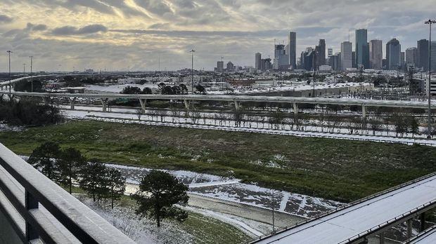 Suasana kota Houston di Texas, Amerika Serikat, saat cuaca dingin ekstrem melanda pada Senin (15/2).