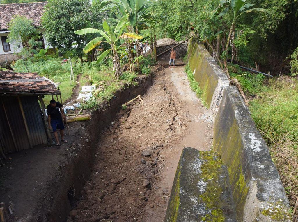 Tanah di Desa Buduran Madiun Ambles Sedalam 2 Meter