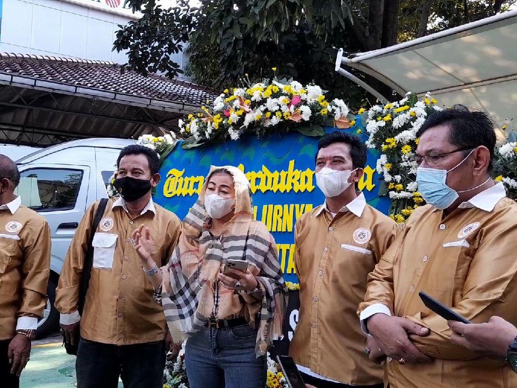 Karangan Bunga Satire Wanita Emas Untuk Anies Tiba di Balai Kota DKI