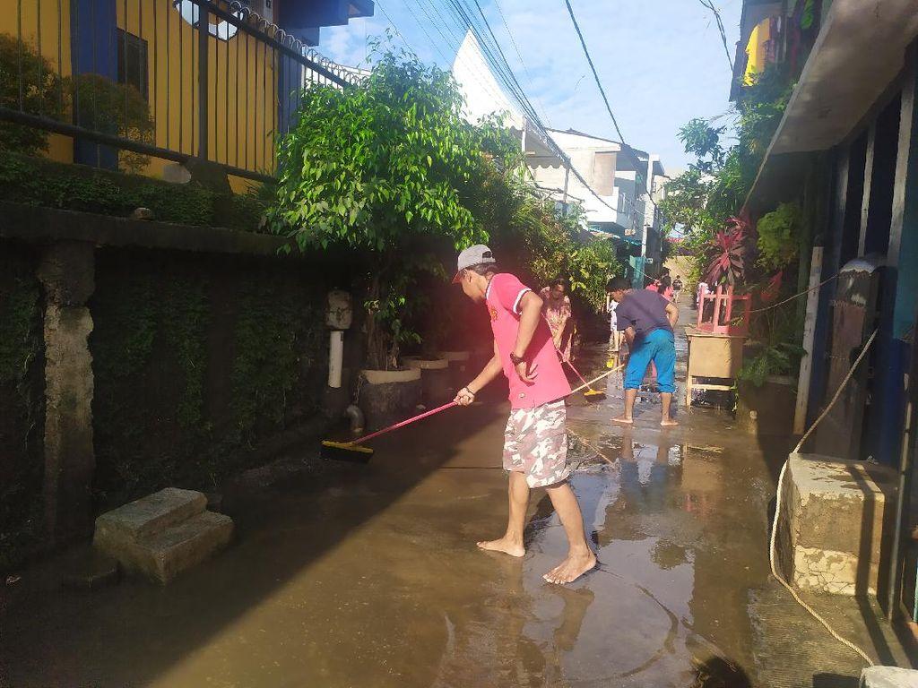 Damkar Jaktim Targetkan Banjir di RW 4 Cipinang Melayu Surut Sore Ini