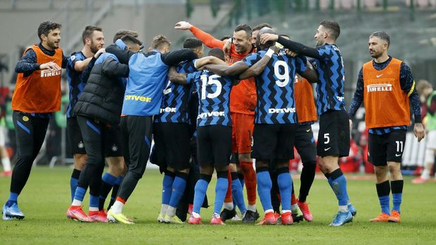 Inter Milan's players celebrates their 3-0 win at the end of the Serie A soccer match between AC Milan and Inter Milan, at the Milan San Siro Stadium, Italy, Sunday, Feb. 21, 2021. (AP Photo/Antonio Calanni)