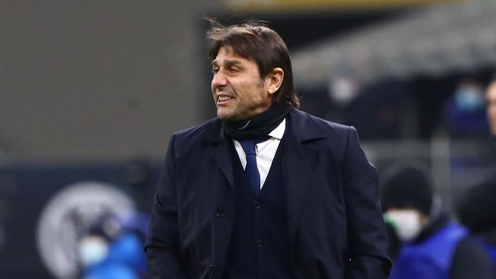 MILAN, ITALY - FEBRUARY 14:  FC Internazionale coach Antonio Conte issues instructions to his players during the Serie A match between FC Internazionale  and SS Lazio at Stadio Giuseppe Meazza on February 14, 2021 in Milan, Italy. (Photo by Marco Luzzani/Getty Images)