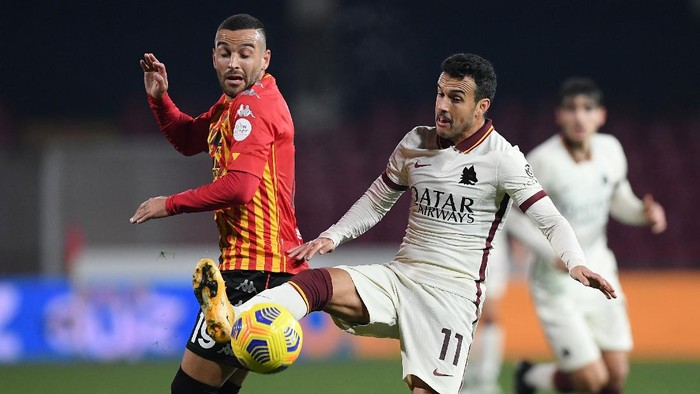 BENEVENTO, ITALY - FEBRUARY 21: Pedro of A.S Roma battles for possession with Roberto Insigne of Benevento Calcio during the Serie A match between Benevento Calcio and AS Roma at Stadio Ciro Vigorito on February 21, 2021 in Benevento, Italy. Sporting stadiums around Italy remain under strict restrictions due to the Coronavirus Pandemic as Government social distancing laws prohibit fans inside venues resulting in games being played behind closed doors. (Photo by Francesco Pecoraro/Getty Images)