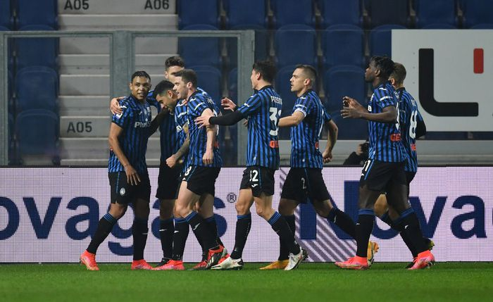 BERGAMO, ITALY - FEBRUARY 21: Cristian Romero of Atalanta celebrates with team mates after scoring their sides fourth goal during the Serie A match between Atalanta BC and SSC Napoli at Gewiss Stadium on February 21, 2021 in Bergamo, Italy. Sporting stadiums around Italy remain under strict restrictions due to the Coronavirus Pandemic as Government social distancing laws prohibit fans inside venues resulting in games being played behind closed doors. (Photo by Valerio Pennicino/Getty Images)