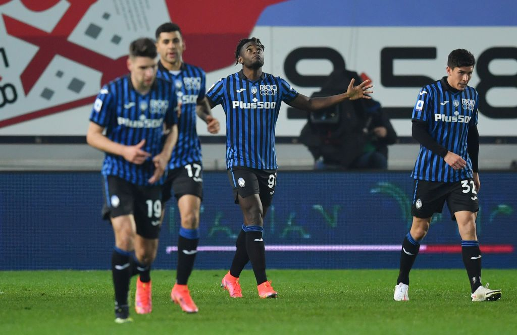 BERGAMO, ITALY - FEBRUARY 21: Cristian Romero of Atalanta celebrates with team mates after scoring their side's fourth goal during the Serie A match between Atalanta BC and SSC Napoli at Gewiss Stadium on February 21, 2021 in Bergamo, Italy. Sporting stadiums around Italy remain under strict restrictions due to the Coronavirus Pandemic as Government social distancing laws prohibit fans inside venues resulting in games being played behind closed doors. (Photo by Valerio Pennicino/Getty Images)