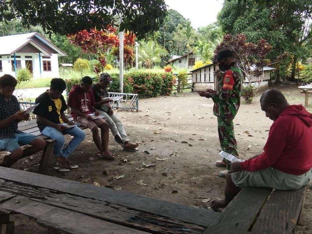 Babinsa Ajak Remaja Papua di Sarmi Jadi Prajurit TNI AD