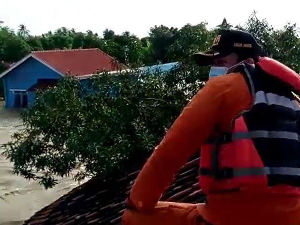 Derasnya Arus Kala Evakuasi Korban di Wilayah Terisolir Bekasi