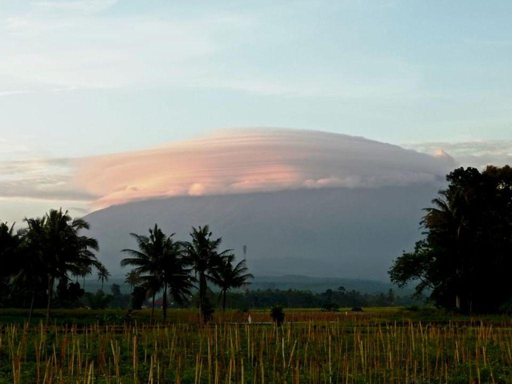 Gunung Raung Bertopi Awan, Musim Hujan Akan Segera Usai?