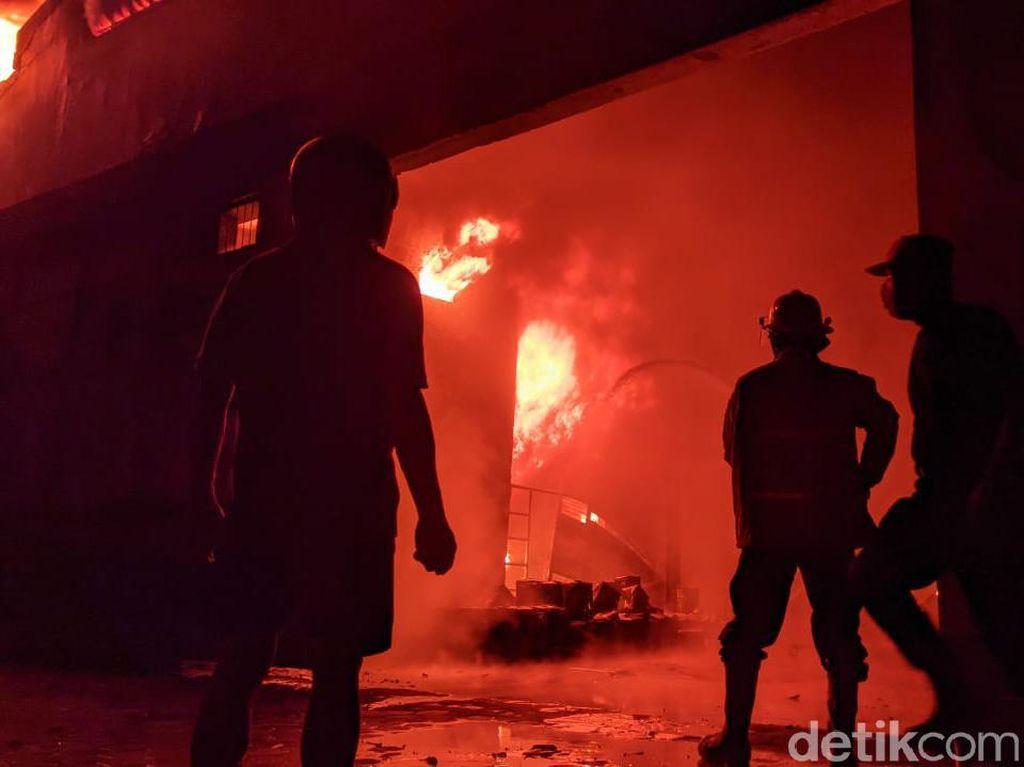 Pabrik Cat di Mojokerto Ludes Terbakar