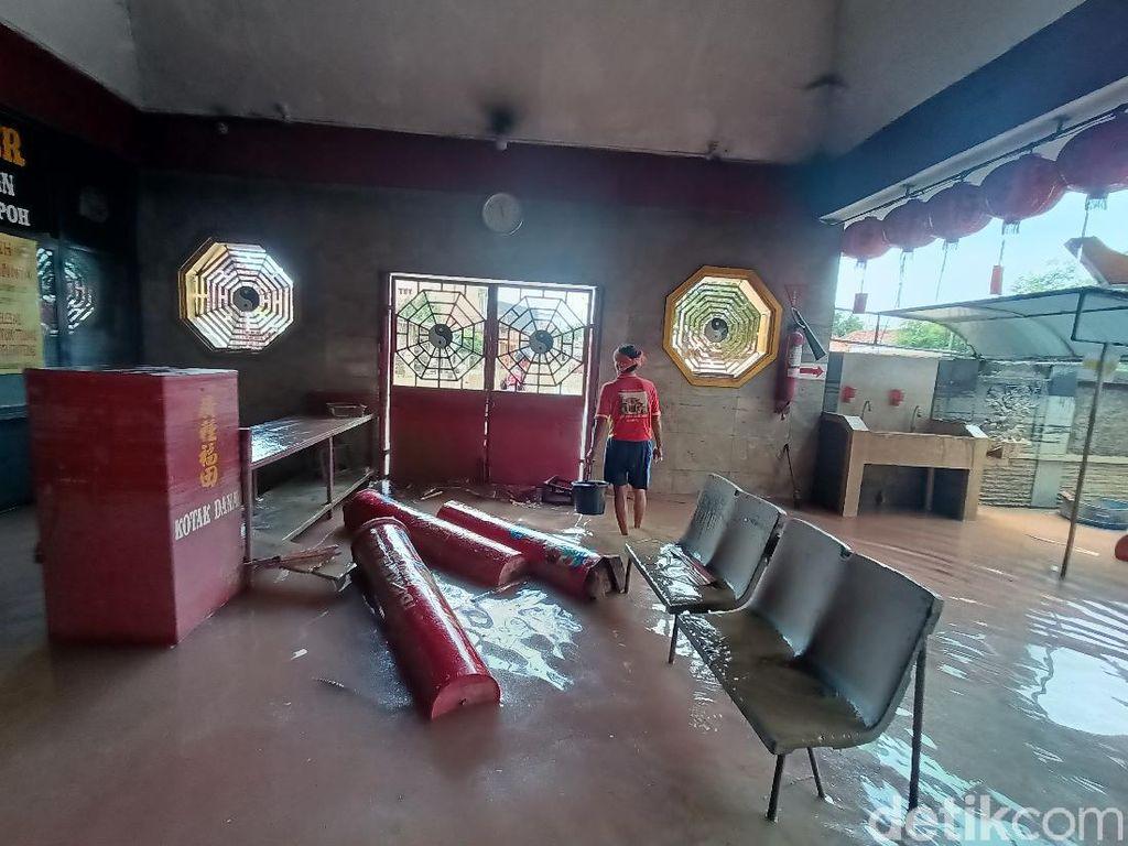 Foto: Kelenteng Bersejarah Sian Djin Ku Poh di Karawang yang Terendam Banjir