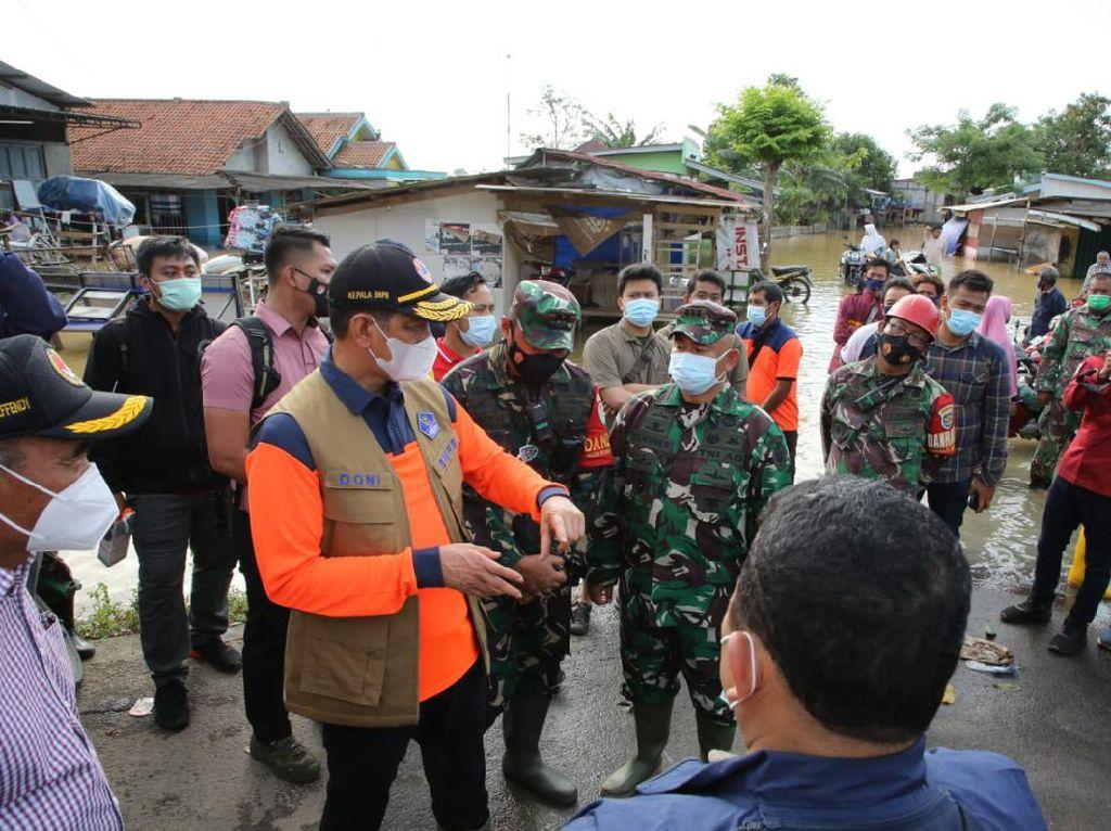 Kepala BNPB Serahkan Bantuan Rp 500 Juta Saat Tinjau Banjir Karawang