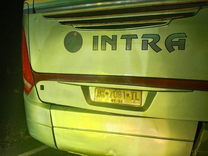 Kondisi mobil dan bus yang terlibat kecelakaan hingga menewaskan 9 orang remaja masjid di Tebing Tinggi, Sumut (dok Polda Sumut)