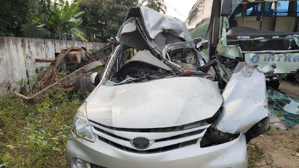 Potret Bus dan Avanza Terlibat Kecelakaan Tewaskan 9 Remaja Masjid