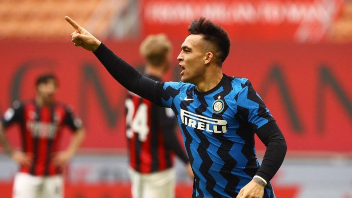 MILAN, ITALY - FEBRUARY 21: Lautaro Martinez of Internazionale celebrates after scoring their sides first goal during the Serie A match between AC Milan and FC Internazionale at Stadio Giuseppe Meazza on February 21, 2021 in Milan, Italy. Sporting stadiums around Italy remain under strict restrictions due to the Coronavirus Pandemic as Government social distancing laws prohibit fans inside venues resulting in games being played behind closed doors. (Photo by Marco Luzzani/Getty Images)