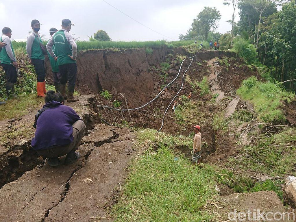 Longsor Sepanjang 70 Meter Putuskan Akses Utama Antar Desa di Tulungagung