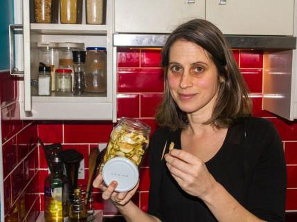 Makan Sampah Supermarket, Guru Ini Hemat Rp 13 Juta dalam 2 Bulan