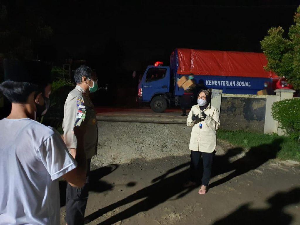 Mensos Risma Beri Bantuan ke Korban Banjir Kabupaten Bekasi Senilai Rp 200 Juta