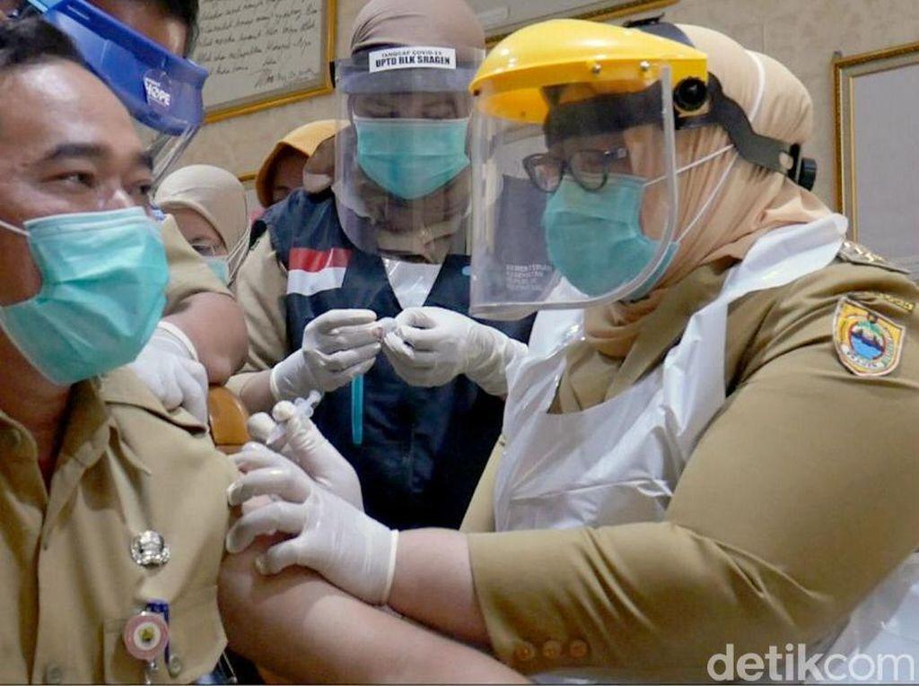 Foto: Bupati Sragen Ikut Suntikkan Vaksin Corona ke Pejabat Pemkab