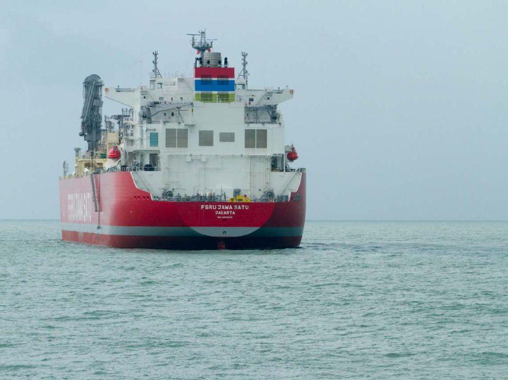 Momen Kapal FSRU Bersandar di Pelabuhan Patimban Subang