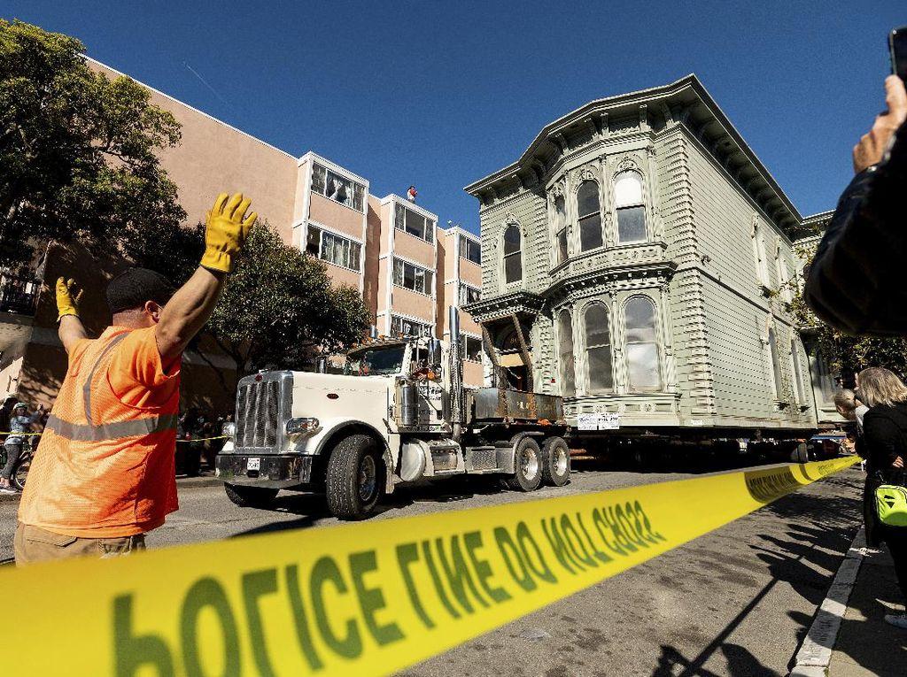 Momen Unik Pemindahan Rumah di San Francisco