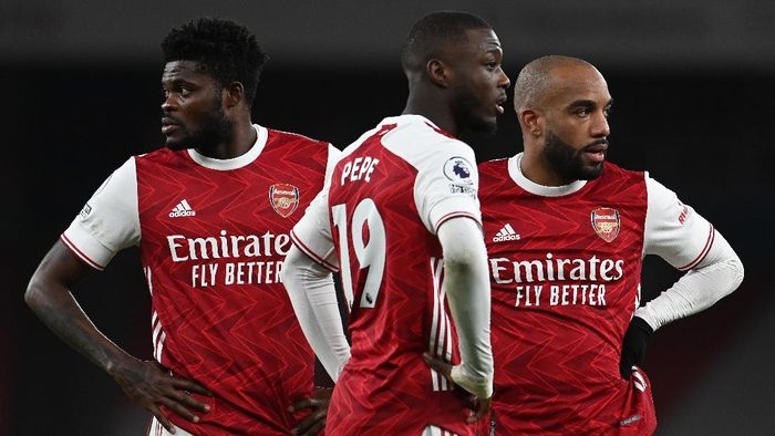 LONDON, ENGLAND - JANUARY 30: Thomas Partey, Nicolas Pepe and Alexandre Lacazette of Arsenal stand over a free kick during the Premier League match between Arsenal and Manchester United at Emirates Stadium on January 30, 2021 in London, England. Sporting stadiums around the UK remain under strict restrictions due to the Coronavirus Pandemic as Government social distancing laws prohibit fans inside venues resulting in games being played behind closed doors. (Photo by Andy Rain - Pool/Getty Images)