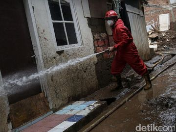 Kala Petugas Damkar Bantu Bersihkan Rumah Warga Pascabanjir