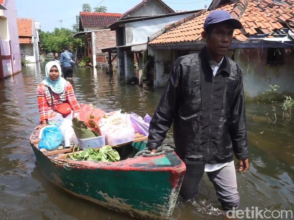 Gegara Banjir, Pedagang Sayur di Pekalongan Jualan Pakai Perahu