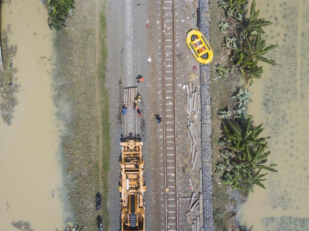 Banjir Mulai Surut, Perbaikan Rel Kereta Tergenang di Bekasi Dikebut