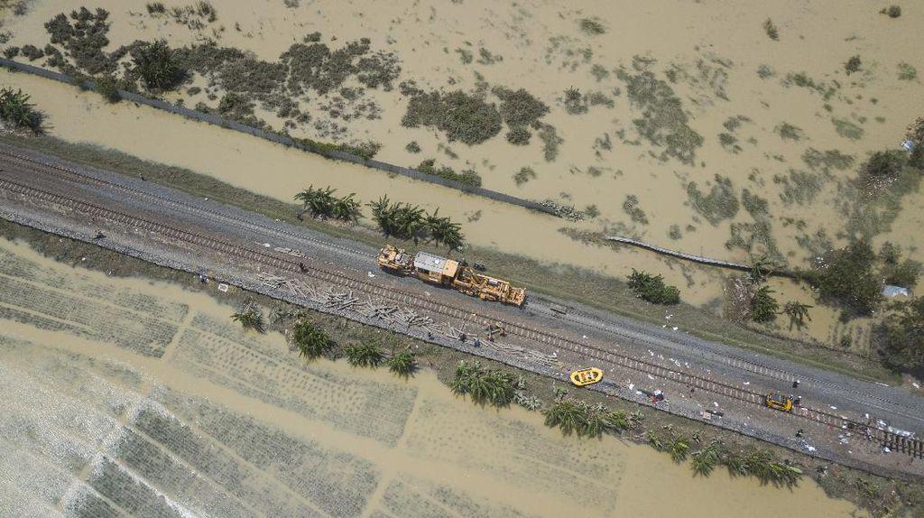 Foto: Rel Kereta yang Kebanjiran di Bekasi Mulai Diperbaiki
