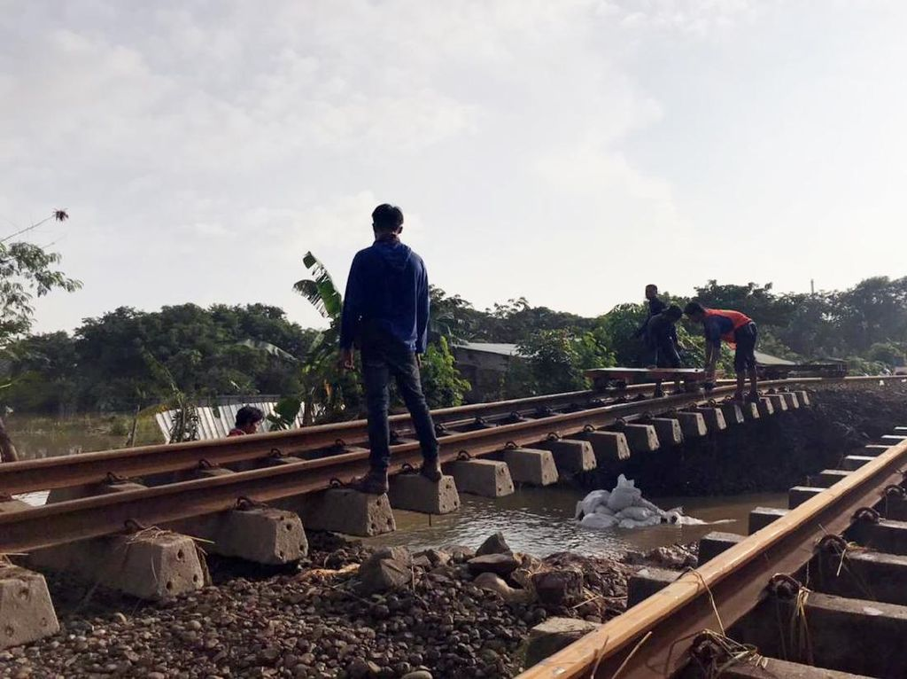 Imbas Banjir, 22 Perjalanan Kereta Api Cirebon-Jakarta Dibatalkan