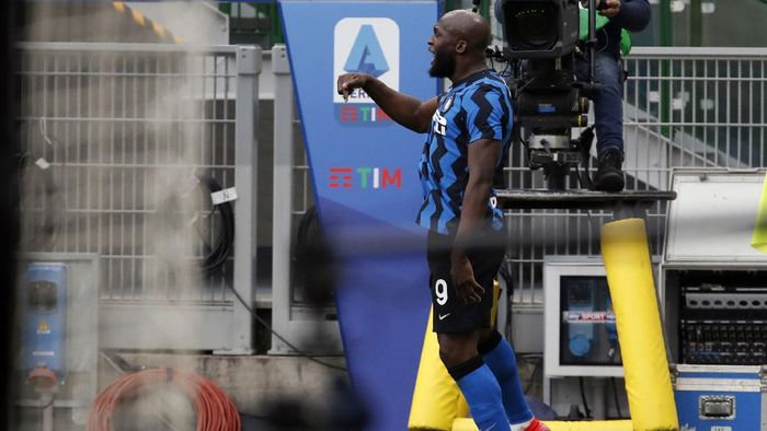 Inter Milans Romelu Lukaku celebrates after scoring his sides third goal during the Serie A soccer match between AC Milan and Inter Milan, at the Milan San Siro Stadium, Italy, Sunday, Feb. 21, 2021. (AP Photo/Antonio Calanni)