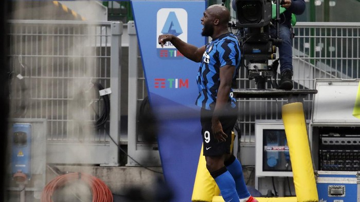 Inter Milans Romelu Lukaku celebrates after scoring his sides third goal during the Serie A soccer match between AC Milan and Inter Milan, at the Milan San Siro Stadium, Italy, Sunday, Feb. 21, 2021. (AP Photo/Antonio Calanni)