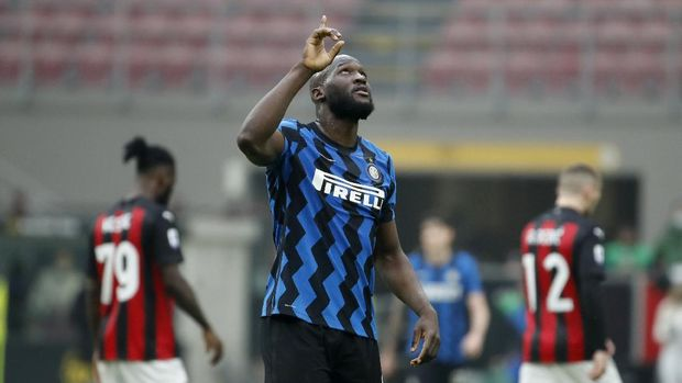 Inter Milan's Romelu Lukaku celebrates his side's 3-0 win at the end of the Serie A soccer match between AC Milan and Inter Milan, at the Milan San Siro Stadium, Italy, Sunday, Feb. 21, 2021. (AP Photo/Antonio Calanni)