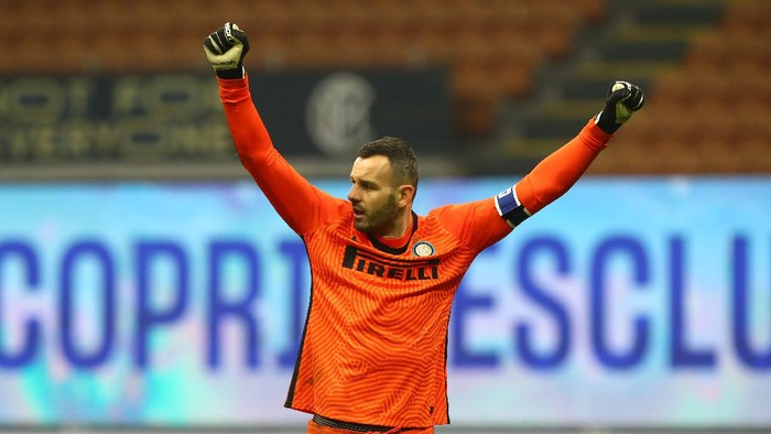 MILAN, ITALY - DECEMBER 16: Samir Handanovic of Inter Milan celebrates during the Serie A match between FC Internazionale and SSC Napoli at Stadio Giuseppe Meazza on December 16, 2020 in Milan, Italy. Sporting stadiums around Italy remain under strict restrictions due to the Coronavirus Pandemic as Government social distancing laws prohibit fans inside venues resulting in games being played behind closed doors. (Photo by Marco Luzzani/Getty Images )