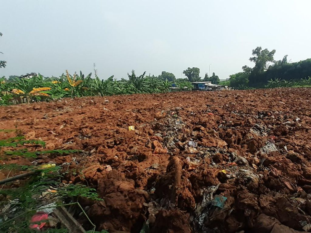 Sampah Selapangan Bola di Bekasi Ditutup Tanah, Warga Sambut Baik