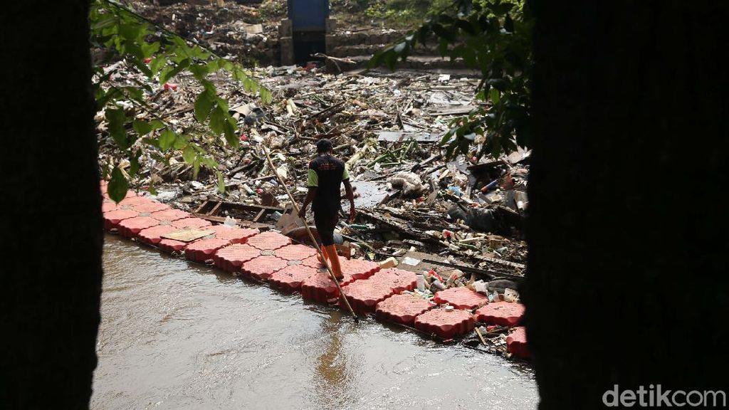 Sampah Sisa Banjir di Kali Sunter Dikeruk