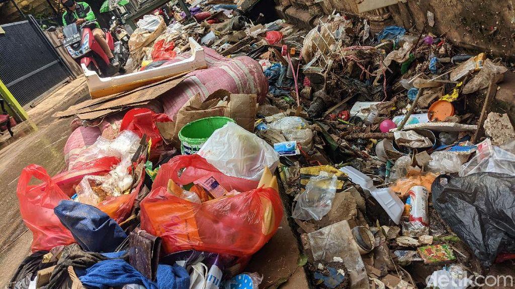 Sampah Sisa Banjir Menumpuk di Petogogan