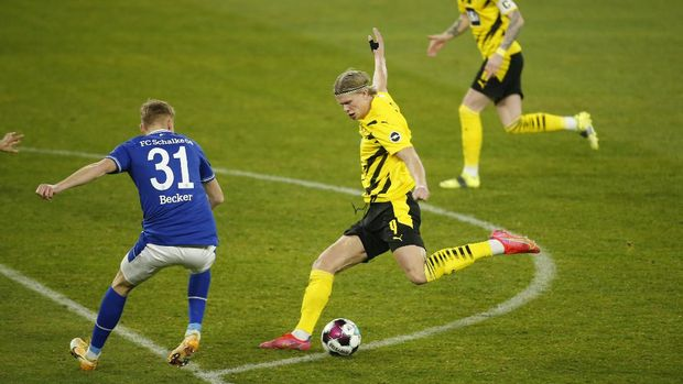 Soccer Football - Bundesliga - Schalke 04 v Borussia Dortmund - Veltins-Arena, Gelsenkirchen, Germany - February 20, 2021 Borussia Dortmund's Erling Braut Haaland shoots at goal Pool via REUTERS/Leon Kuegeler DFL regulations prohibit any use of photographs as image sequences and/or quasi-video.