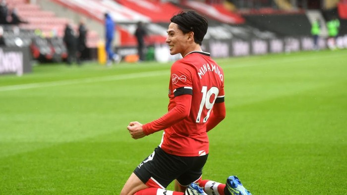SOUTHAMPTON, ENGLAND - FEBRUARY 20: Takumi Minamino of Southampton celebrates after scoring his teams first goal during the Premier League match between Southampton and Chelsea at St Marys Stadium on February 20, 2021 in Southampton, England. Sporting stadiums around the UK remain under strict restrictions due to the Coronavirus Pandemic as Government social distancing laws prohibit fans inside venues resulting in games being played behind closed doors. (Photo by Neil Hall - Pool/Getty Images)