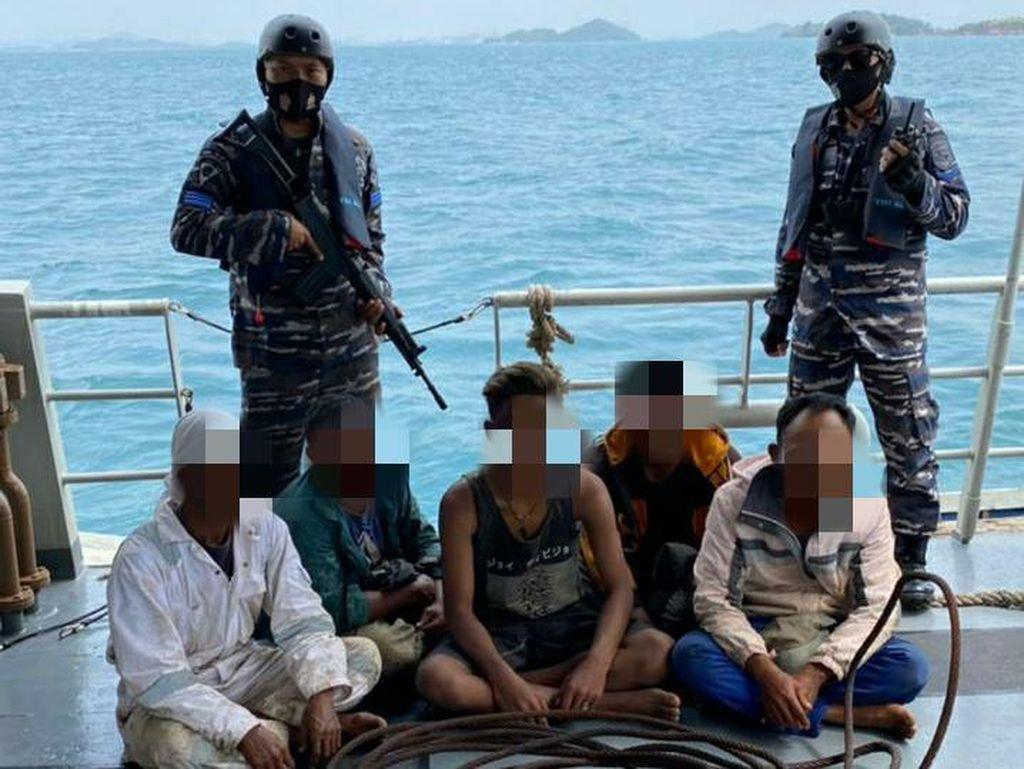 TNI AL Tangkap Basah Aksi Pencurian Kapal Tongkang di Selat Singapura