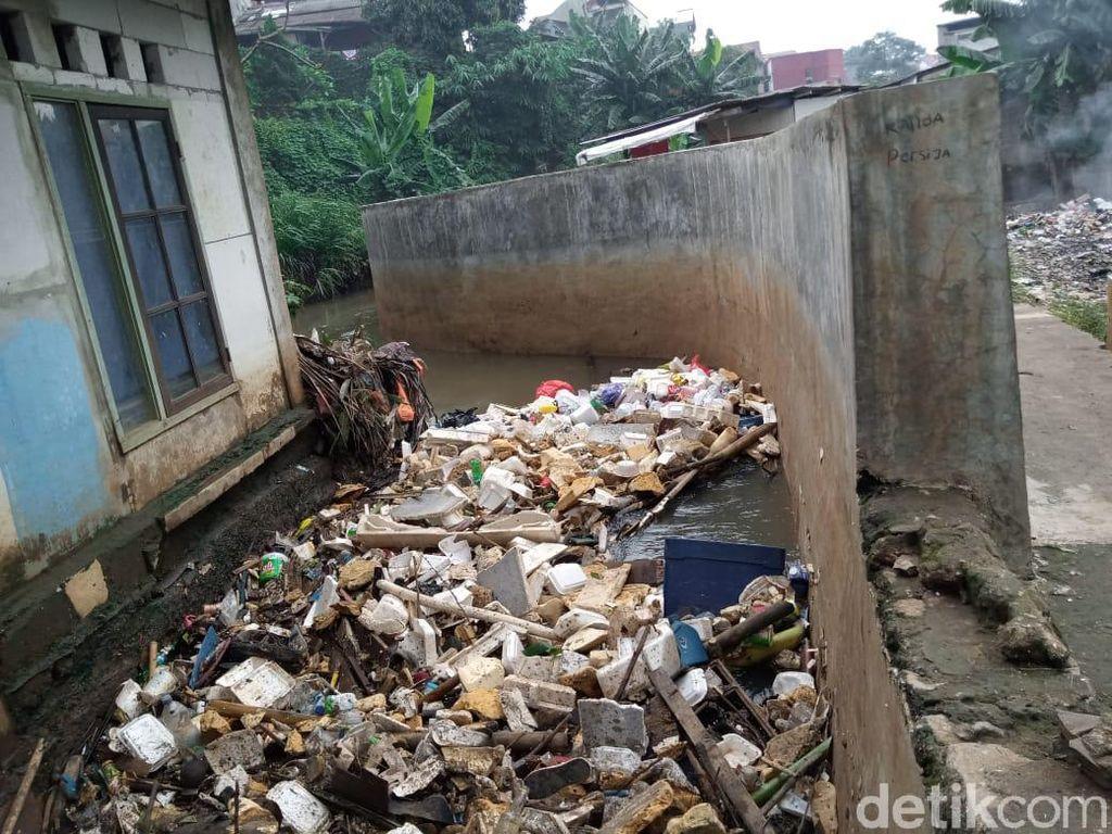 Banjir di Jatipadang Jaksel Surut, Sampah Menumpuk di Tanggul Baswedan