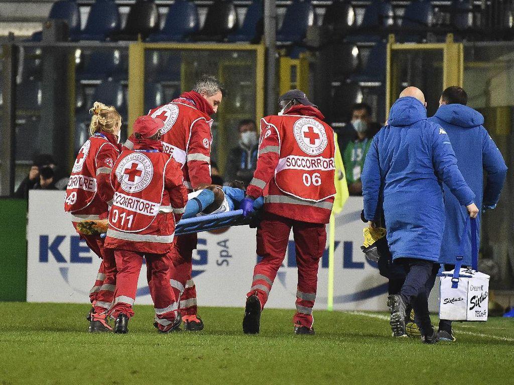 Striker Napoli Cedera Kepala, Sempat Tak Sadarkan Diri Di Lapangan