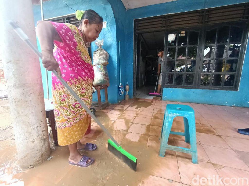 Banjir Surut, Warga Tanjungmekar Karawang Mulai Bersih-bersih Rumah